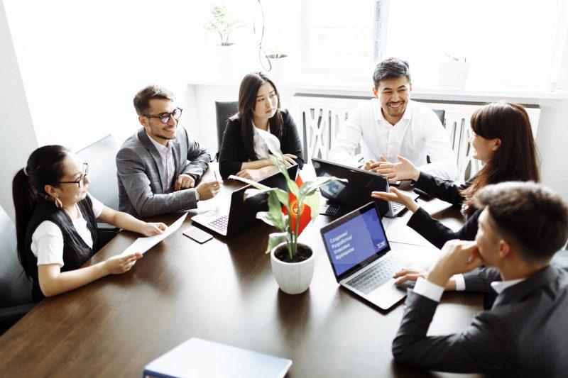 собрание, обсуждение в офисе за столом