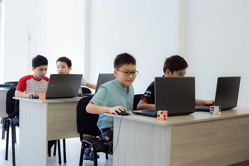 мальчики с ноутбуками в школе